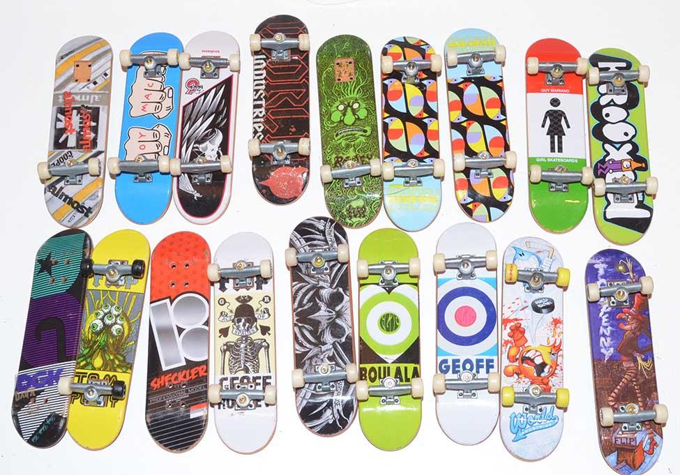 Lot Of 18 Tech Deck Fingerboard Skateboard With Trucks